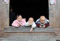 Baum-Kinderleben im schlechten alten Dorf in China Lizenzfreie Stockfotografie