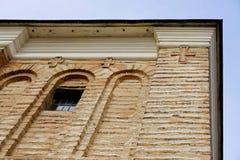 Baum kreuzt mit Fenster auf Backsteinmauer gegen blauen Himmel Orthodoxes Kreuz Stockfotos