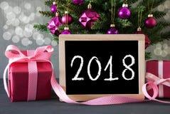 Baum mit Geschenken, Bokeh, Text 2018 Stockfotografie