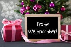 Baum mit Geschenken, Bokeh, Text Frohe Weihnachten bedeutet frohe Weihnachten Lizenzfreie Stockfotos