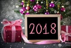 Baum mit Geschenken, Schneeflocken, Bokeh, Text 2018 Lizenzfreie Stockfotos