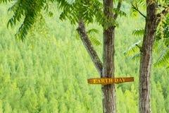 Baum mit Text des Tages der Erde Lizenzfreies Stockbild