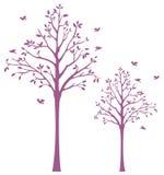 Baum mit Vogel-Wand-Schild Stockfoto