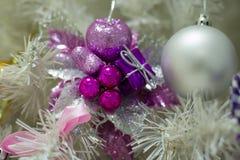 Baum mit Weihnachtsspielwaren lizenzfreies stockfoto