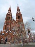 Baum rote Kirche und Ostereier, Litauen Stockbilder