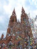 Baum rote Kirche und Ostereier, Litauen Stockfoto
