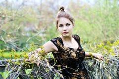 Baum-springen Sie attraktives Mädchen Lizenzfreie Stockfotos