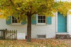 Baum u. Haus Stockfoto