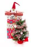 Baum und Stapel Geschenke Stockbild