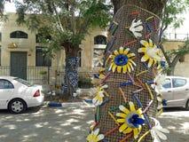 Baum verziert mit gelben Plastikblumen Lizenzfreie Stockfotografie