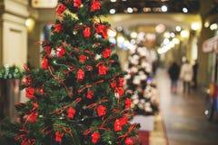 Baum verziert mit roten Spielwaren Stockfoto