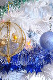 Baum, Weihnachtsbälle und Lametta Stockfoto