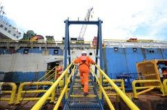 Baumannschaften, die Passage zum Frachtlastkahn kreuzen Lizenzfreie Stockfotografie