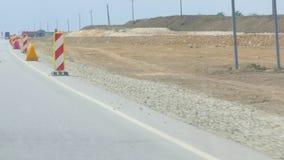 Baumaschinen entlang der Straße, die errichtet wird stock video