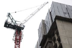 Baumaterialien anhebende des Turmkrans lizenzfreie stockfotos