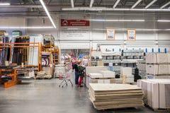 Baumaterialien im Baumarkt Leute suchen nach Vollendenmaterialien für Reparaturen im Haus und in der Wohnung lizenzfreies stockbild