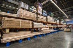 Baumaterialien im Baumarkt Leute suchen nach Vollendenmaterialien für Reparaturen im Haus und in der Wohnung stockbilder