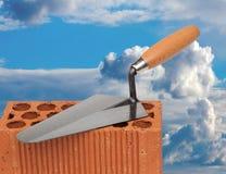 Baumaterialien mit einem blauen Himmel des Hintergrundes Stockfoto