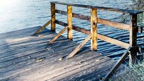 Baumbrücke auf dem Ufer Lizenzfreie Stockfotos