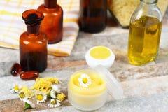 Baume de lèvres fait à partir de l'olive et de l'huile de noix de coco avec la cire d'abeille Photo stock