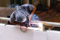 BAUmetall des elektrischen Schweißens des Arbeitskraftgebrauches Verbindungs Stockbilder