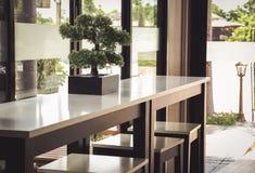 Baumtöpfe auf dem Tisch gesetzt von einer Kaffeestube Stockfoto