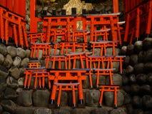 Baumuster des Torii Gatters Fushimi Inari am Schrein Stockfoto
