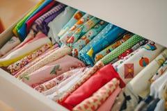Baumwolle farbiges Gewebe durch das Haus Lizenzfreie Stockfotografie