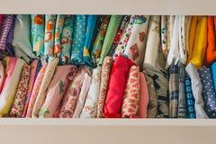 Baumwolle farbiges Gewebe durch das Haus Lizenzfreie Stockfotos