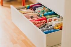Baumwolle farbiges Gewebe durch das Haus Lizenzfreie Stockbilder
