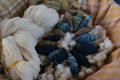 Baumwolle und Indigo-gefärbter Stoff stockbilder