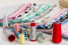 Baumwollgewebe, Schneidermaßband und Spulen von Baumwolle-thre lizenzfreies stockfoto
