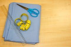 Baumwollgewebe und nähende Werkzeuge Lizenzfreie Stockfotos
