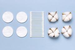 Baumwollkosmetische Make-upentferner-Tampons Seifen-, Tuch- und Blumenschneegl?ckchen Flacher gelegter Hintergrund mit Baumwollbl stockfotos