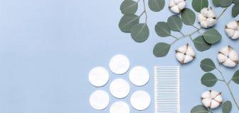 Baumwollkosmetische Make-upentferner-Tampons Seifen-, Tuch- und Blumenschneegl?ckchen Flacher gelegter Hintergrund mit Baumwollbl lizenzfreies stockfoto