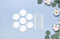 Baumwollkosmetische Make-upentferner-Tampons Seifen-, Tuch- und Blumenschneegl?ckchen Flacher gelegter Hintergrund mit Baumwollbl stockfoto