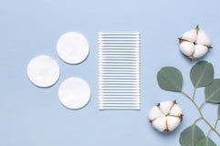 Baumwollkosmetische Make-upentferner-Tampons Seifen-, Tuch- und Blumenschneegl?ckchen Flacher gelegter Hintergrund mit Baumwollbl lizenzfreie stockfotos