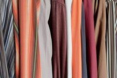 Baumwollmehrfarbige Hemdbeschaffenheit Stockfotos