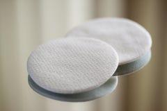 Baumwollrunde kosmetische Auflagen lizenzfreie stockfotos