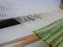 Baumwollthread auf hölzernem Webstuhl Stockbilder