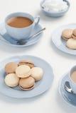 Baunilha e chocolate Macarons com chá Imagens de Stock