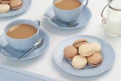 Baunilha e chocolate Macarons com chá Imagens de Stock Royalty Free