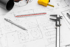 Baupläne und Ziehwerkzeuge auf Plänen Lizenzfreie Stockfotos