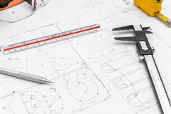 Baupläne und Ziehwerkzeuge auf Plänen Stockbild