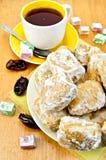 Baursak с чаем и востоковедными помадками на доске Стоковое Изображение RF