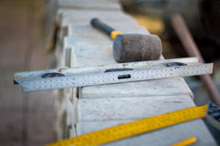 Bausatz des Hammers und des Niveaus Lizenzfreies Stockfoto
