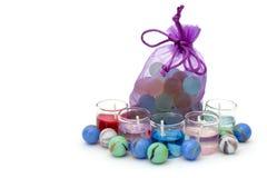 Bauschen Sie sich mit Steinen und Kerzen auf einem weißen Hintergrund Stockfotos