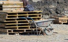 Bauschubkarre an der Baustelle Lizenzfreies Stockbild