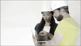 Bauschutzhelm-Gebrauchslaptop des Mannes und der Frau tragender Begriffs-lowpoly Illustration gemacht vom Foto lizenzfreies stockfoto