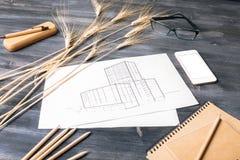 Bauskizze auf Schreibtisch Stockbild